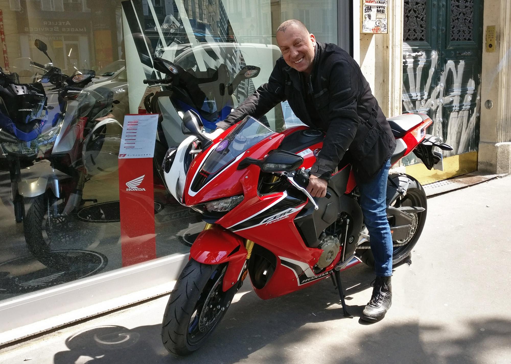 Photo de Phil sur sa moto rouge